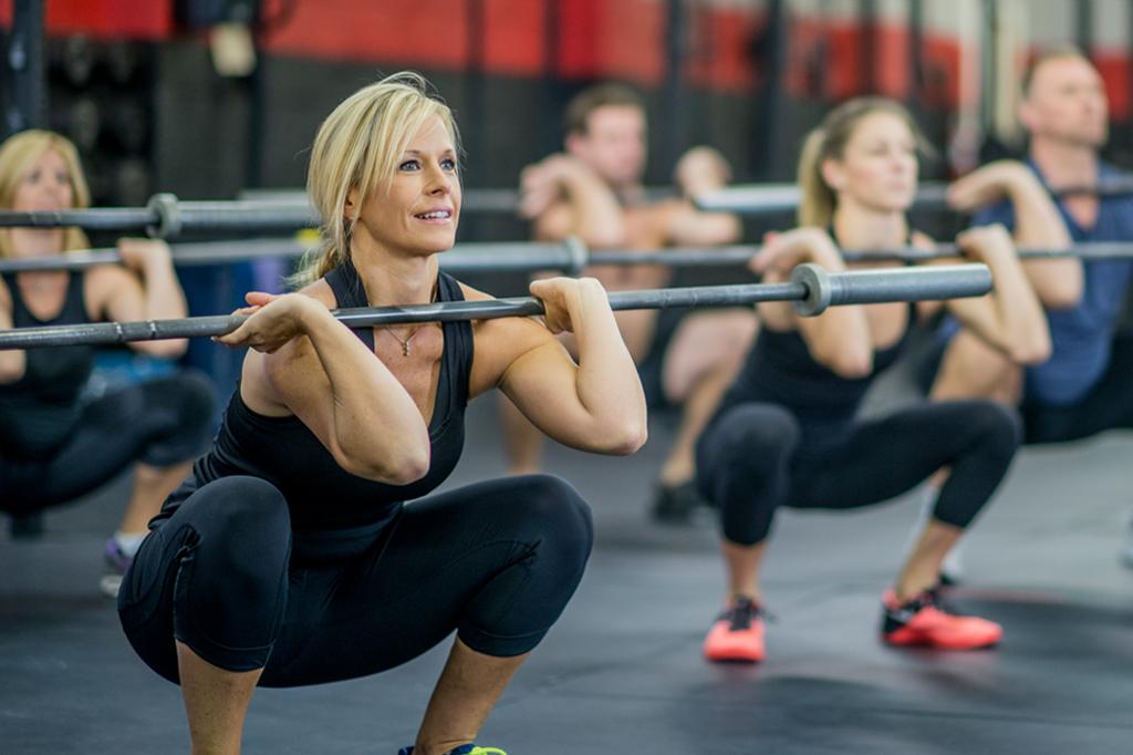 Femme réalisant un Front Squat à la salle de sport Burpees Tours Nord