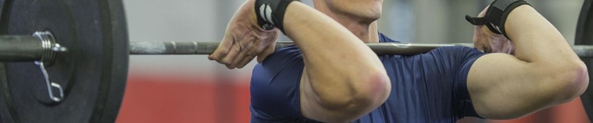 Homme réalisant un épaulé à la salle de sport Burpees Tours Nord